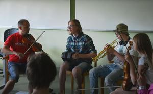Magnus Andersson spelar upp låten igen för Joel Mannela, som egentligen är oboist men bytt till dragspel. All undervisning sker på gehör.