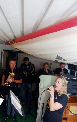 Bandet tränar i ett garage med ett utfällt segel som takbeklädnad. Foto:Hans Olander