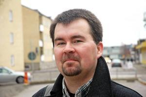 Joakim Larsson (SD) gillar grupper som sprider rasism på Facebook.