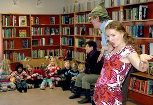 Sven Eriksson och Hannah Ölund undehöll kommunen sexåringar under måndagen Kura gryning.Bild: annika nygren-berg