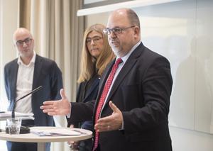 LO-ordföranden Karl-Petter Thorwaldsson tillsammans med Therese Guovelin, LOs förste vice ordförande och Torbjörn Hållö, LO-ekonom, presenterar förslaget