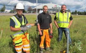 Nu har NCC startat arbetet att bygga om alla olika vägar för IKEA bygget. Här ses Jonas Hilmerson (utsättare) Markus Johansson (maskinist) och Jonas Björnbom (platsledare).