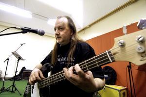 Stig Eriksson har varit med ända sedan föreningen startade 1993 och spelar elbas.