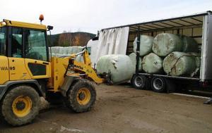 Karl-Erik Dahlgren spakar den traktor som lastar plastbalarna  i långtradare.