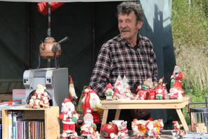 Hans-Göran Edström från Söderhamn kunde konstatera att snart är det jul igen. Jultomtar gick det också att sälja.