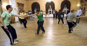 Lindy hop är en nygammal dans i Hudiksvall och snart är en första kurs genomförd.