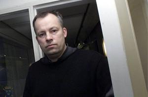 """Christer B. Jarlås,  kulturskribent på LT:1. Ulf Lundells """"Vädermannen"""". Hans bästa roman på 30 år och en feber- termometer rätt in  i 00-talets stundtals alltför feta bakdel.2. Allt av Kjell Westö. Han inledde decennieturstarkt med """"Vådan av att vara Skrake"""" 2000 - en av de bästa romaner som skrivits på svenska någonsin. Och den senaste årets""""Gå inte ensam ut i natten"""" är så gripande i sin skildring av de senaste tre decennierna liksom 2006 års""""Där vi en gång gått"""" med handling från ett antal decennier tidigareockså är så rätt. Och den som inte tycker att Kjell Westö är svensk har väl kanske rätt – men han skriver ändå på svenska och är bättre än alla andra som också har ett svenskt pass."""