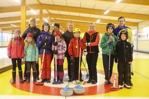 Några av de som ville prova på curling tillsammans med Mia Boman, Ulrika Bergman, Margaretha Sigfridsson, Anna Le Moine och Christoffer Sundgren.