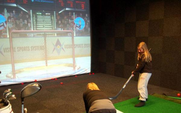 Sofia Carlsson från Bollnäs provade både ishockey och fotboll i sportsimulatorn.Foto: Carin Selldén