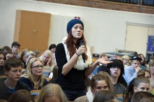 Vanja Kaufmann tycker inte att man ska blanda högstadieelever med gymnasieelever.