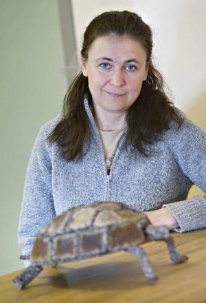 Skrot är konst. Eija Olsson från Ockelbo visar att gammalt skrot kan få nytt liv med hjälp av en svets.