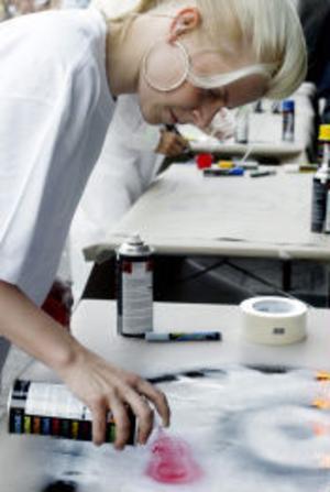 Robyn skapade konst tillsammans med några kreativa Sundsvallsbor med hjälp av sprayburkar.