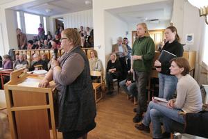 Föreningsrepresentanter från östra kommundelen har ännu inte gett sig när det gäller att få behålla Backens skola.