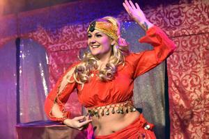 Lina Ek driver vanligtvis Danceline men här dansar hon för Midvinterblot.
