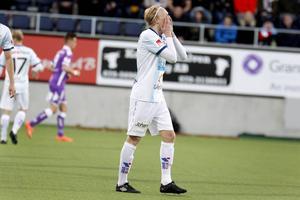 Jacob Ericsson tror inte sina ögon och vill helst gömma sig efter ännu ett insläppt mål.
