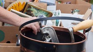 Ta med takräcke eller släpkärra till bilen - chansen att fynda skrymmande möbler är större än chansen att fynda det man kan ta i handen på bussen hem.