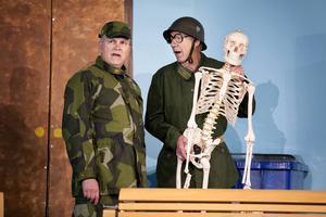 Christer Halvarsson och Anders Kling gör en rad olika karaktärer, här som soldater utan riktig koll.