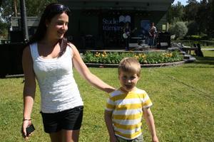 När Cecilia Heggöy spelade var moster Sophia Eriksson och lillebror Viktor Johansson fram och fixade idolbild.
