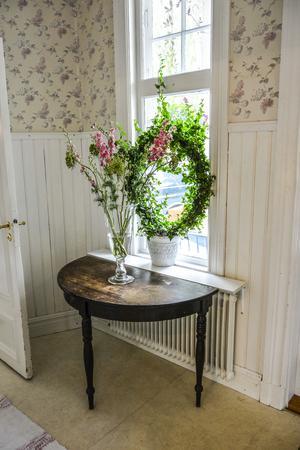 Vackert i hallen. Överallt syns blommor och fylliga växter.