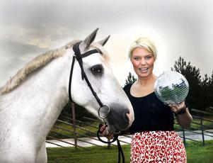 Klubbpremiär. – Man måste våga göra det man vill och tror på, säger Emelie Aulin som är i farten igen. Hennes nya satsning heter White Pony Club Events.