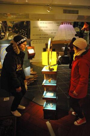 SPEGEL, SPEGEL. Ludwig Wallin och Annika Käll testar en spegel som skapar en visuell blandning av deras två ansikten.