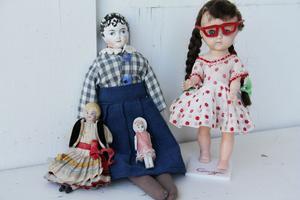 Stora och små dockor finns också med. Några har porslinshuvuden och händer. Dockan med glasögonen är från 1950-talet.