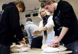 Det gäller att få igång hjärtat snabbt. Mattias Tarvainen och Niklas Kroon tränar hjärt-lungräddning. Idrottsläraren Susanne Eklund ger instruktioner.