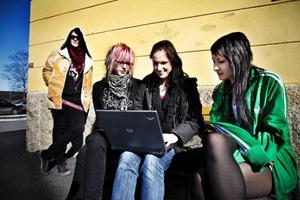 I väntan på nästa lektion. Lars Hallström, Emelie Bergslid,  Lina Mark och Emma Torgrimsson tycker att datorn är ett måste i undervisningen.