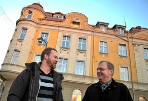 Vänsterpartisterna i Hallsberg, bland andra Peter Tillman och Lars-Åke Zettergren, håller fast vid kravet på att höja kommunalskatten med 50 öre. Arkivfoto: Samuel Borg