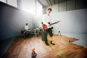 Edwallz tolkar ramsan om lille Göran i dansbandstappning av Håkan Borgsten, Amanda Lindgren och Sabina Wärme. Foto:  Anneli Åsén