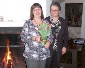 Karin Karlsson till vänster, avtackades efter flera år i styrelsen av Ulla-Britt Holmér. Bild: Privat.
