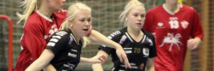 Hanna och Frida Lindgren, här i Köpings Innebandys tröjor.