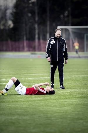 Frustrationen är stor i IFK efter 1–1 hemma mot Härnösand, som kvitterade på övertid i matchen.    Här ser vi tränare Adam Mattiasson och Sebastian Lundbäck, ensam målskytt i IFK.