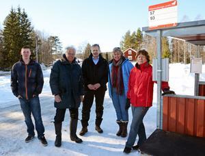 Yttermalung har en riktig och säker busshållplats men hit har Dalatrafik inte tid att åka konstaterar fr v Lars Lucas, Astor Ericsson, Rune Matsson, Marry van Beek och Irja Sohlin