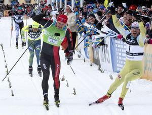 John Kristian Dahl från Norge (till höger) går i mål som vinnare i Vasaloppet 2017 efter en spurtstrid i Mora.