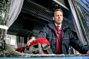 Bussföraren Gunnar Westlund tittar ut genom en krossad ruta och konstaterar att det otäcka tillbudet inte fick några allvarligare följder den här gången.