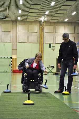 Kristina Lind och Kent Carlsson testade mattcurlingslyckan.