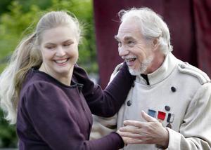 Masja, Linda W Bunne, i en svängom med överste Versjinin, spelad av Tommy Mellström.
