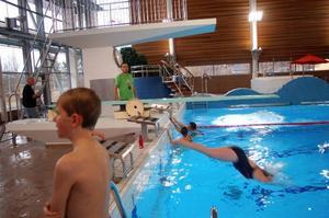 Det var full fart på när simklubben tränade i lördags. Barnen och ungdomarna är uppdelade i tre grupper efter ålder och nivå.