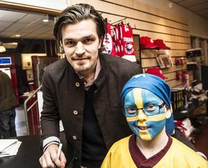 Anton Lander skrev autografer i periodpausen. Här står han tillsammans med 11-årige Arvid Hultin.