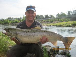 LÅNGVÄGA GÄST. Mark Baerentsen från Danmark tillhör de mera långväga gästerna, belöningen blev bland annat den här laxen på prick 10 kilo. Fångstdatum 30 juni