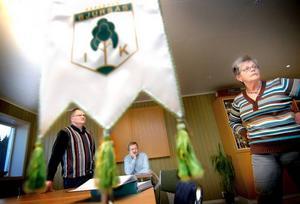 Färdigt. Leif Persson, ordförande, Lars Sundvall, sekreterare och Ingegerd Grenfeldt ser sig omkring i det nybyggda klubbhuset.