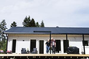 Trots att hela husbygget bara tagit paret sju månader har de ändå tagit sig tid att bygga en altan på 40 kvadratmeter.