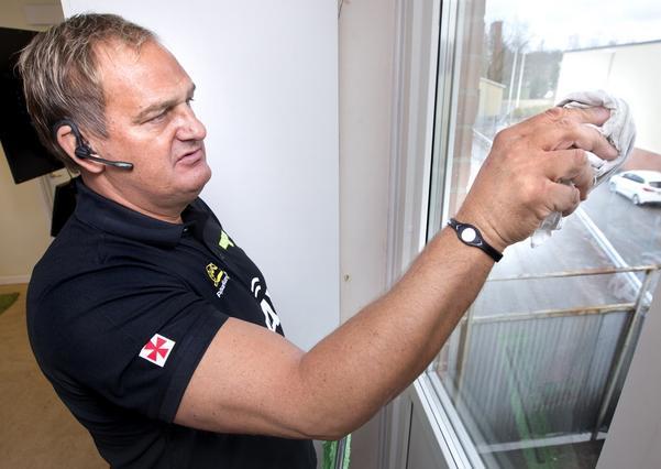 tvätta om. När fönstret är rent ska rutan inte eftertorkas, inte mer än att överblivet vatten i kanterna tas bort. Att putsa på fläckar, som Ivan visar här, förkastar han helt. Då är det bättre att tvätta om rutan.