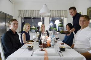 Samlade runt bordet för varmrätten i matstafetten hemma hos Anderstams. Från vänster, Niklas Andersohn, Jessica Rova, Emma Anderstam, Shadra Daoud, Andreas Anderstam och Erik Nilsson.