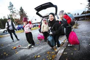 """""""Jag sa när jag körde in här: Herre gud vad bilar det är. Det är ju hemskt"""", säger Jenny Wallin när hon lämnade av Alva, Olivia, Nike och Linn på parkeringen till Lillsjöskolan i går morse."""