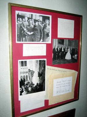 Inne på hotellet hänger tavlan som berättar om Winston Churchills besök i Kolåsen år 1897. Text och foton är en gåva från engelska ambassaden.
