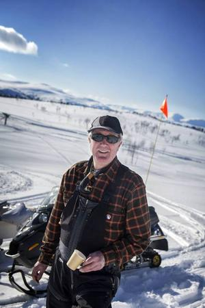 Thomas Olofsson från Tyresö har stuga i Blåsjön och är uppe med sin dotters familj och deras kompisar.– Farsan hittade Blåsjön i slutet av 60-talet när han var uppe och fiskade och byggde kåk här i början av 70-talet. Nu förvaltar jag stugan, säger han.
