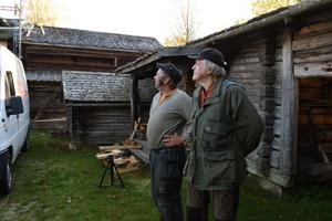 Det är många byggnader vid Lisskvarngården som behöver nya tak, konstaterar Peter Svensson och Bengt Ehnström.