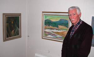 Jubileumsutställning. Malungskonstnären Ingvar Helje ställer ut konst i Galleri Grönland i Malung från en 65-årig bana som konstnär. På bilden en gammal landskapsbild i olja och ett självporträtt som Ingvar Helje gjorde på sig själv 1945 då 26 år gammal.